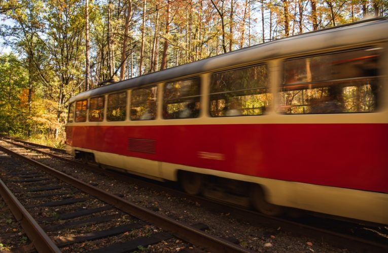 В Днепре трамвай снес электроопору