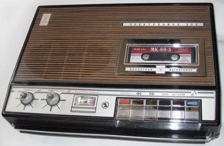 В Днепре появилась радиоволна для всех, кто знает, как перематывать кассеты с помощью карандаша
