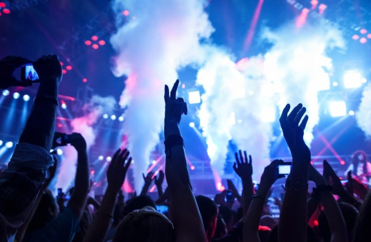 Живая музыка и театральные перформансы: как отмечали День города