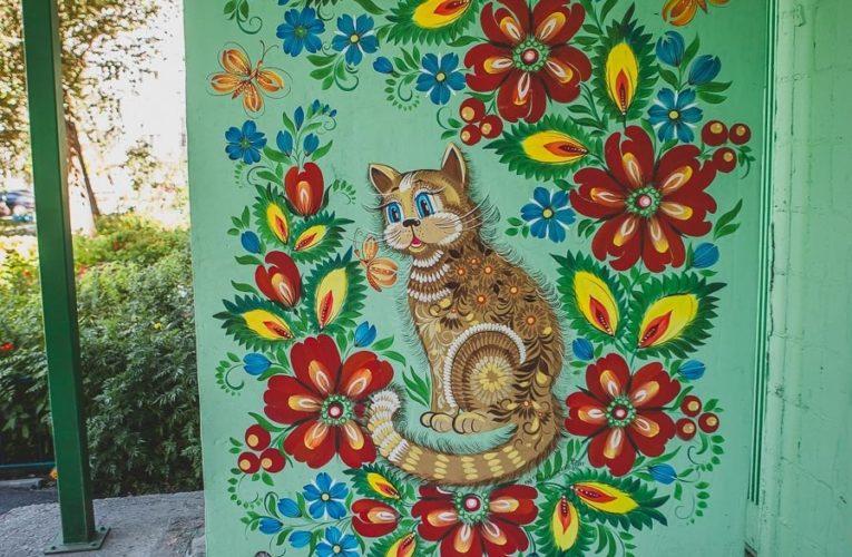 В Днепре девушка украсила подъезды Петриковской росписью (Фото)