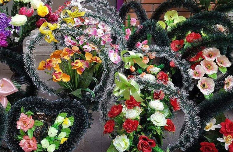 В Днепре горожан призывают отказаться от искусственных цветов в поминальные дни